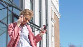 Εύθυμο επιχειρησιακό κορίτσι στο τηλέφωνο που συζητά τα προσωπικά θέματα απόθεμα βίντεο