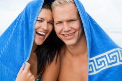 Εύθυμο ζεύγος με μια πετσέτα που καλύπτει τα κεφάλια τους στοκ φωτογραφία με δικαίωμα ελεύθερης χρήσης