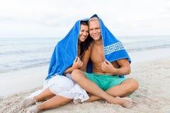 Εύθυμο ζεύγος με μια πετσέτα που καλύπτει τα κεφάλια τους στοκ εικόνες