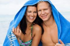Εύθυμο ζεύγος με μια πετσέτα που καλύπτει τα κεφάλια τους στοκ εικόνα