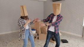 Εύθυμο ζεύγος με τα κιβώτια στα κεφάλια, εγκαίνια σπιτιού απόθεμα βίντεο