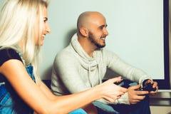 Εύθυμο ζεύγος που έχει τα παίζοντας παιχνίδια στον υπολογιστή διασκέδασης Στοκ φωτογραφία με δικαίωμα ελεύθερης χρήσης