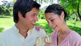 Εύθυμο ζεύγος που γιορτάζει ένα γεγονός απόθεμα βίντεο