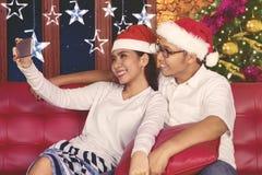 Εύθυμο ζεύγος που παίρνει selfie στο χρόνο Χριστουγέννων Στοκ φωτογραφίες με δικαίωμα ελεύθερης χρήσης