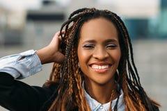 Εύθυμο θηλυκό αφροαμερικάνων πρότυπος μοντέρνος στοκ φωτογραφία με δικαίωμα ελεύθερης χρήσης