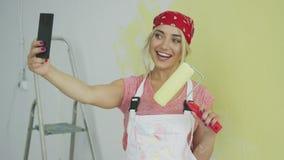 Εύθυμο θηλυκό που παίρνει selfie με τον κύλινδρο χρωμάτων απόθεμα βίντεο