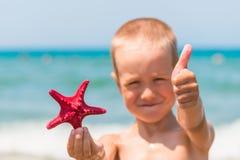 Εύθυμο και ευτυχές αγόρι με τον αστερία Στοκ Φωτογραφίες
