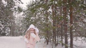 Εύθυμο κορίτσι εφήβων που τρέχει στο χιονώδες πάρκο ενώ χειμερινός περίπατος σε αργή κίνηση απόθεμα βίντεο