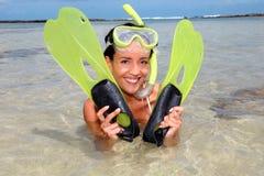 Εύθυμο κορίτσι με τα βατραχοπέδιλα στοκ εικόνα με δικαίωμα ελεύθερης χρήσης