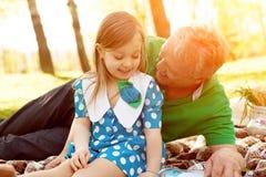 Εύθυμο κορίτσι με τον παππού Στοκ Εικόνες