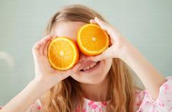 Εύθυμο κορίτσι με το πορτοκάλι Στοκ εικόνες με δικαίωμα ελεύθερης χρήσης