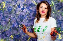 εύθυμο κορίτσι Παραδίδει το χρώμα Στοκ Φωτογραφία