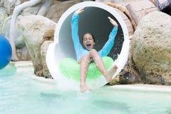 Εύθυμο κορίτσι που απολαμβάνει σε Aquapark Στοκ Φωτογραφίες