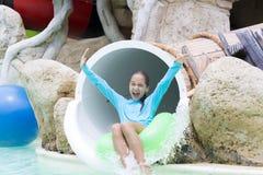 Εύθυμο κορίτσι που απολαμβάνει σε Aquapark Στοκ Εικόνες
