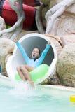 Εύθυμο κορίτσι που απολαμβάνει σε Aquapark Στοκ φωτογραφίες με δικαίωμα ελεύθερης χρήσης