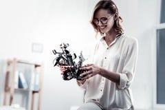 Εύθυμο κορίτσι που κρατά λίγο παιχνίδι ρομπότ Στοκ Φωτογραφίες