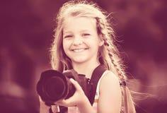 Εύθυμο κορίτσι που παίρνει τις εικόνες με τη κάμερα στο πάρκο Στοκ φωτογραφία με δικαίωμα ελεύθερης χρήσης