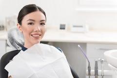 Εύθυμο κορίτσι που τοποθετεί στο κάθισμα στη στοματολογία Στοκ φωτογραφία με δικαίωμα ελεύθερης χρήσης
