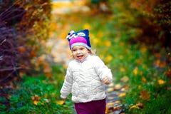 Εύθυμο κορίτσι στην πορεία στο πάρκο στοκ εικόνα