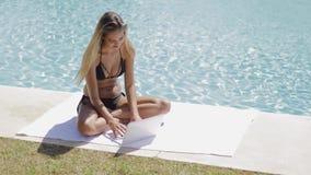 Εύθυμο κορίτσι στη λίμνη με το lap-top απόθεμα βίντεο