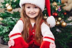 Εύθυμο κορίτσι στο κόκκινο καπέλο Στοκ φωτογραφία με δικαίωμα ελεύθερης χρήσης