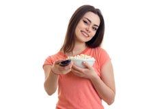 Εύθυμο κορίτσι Cutie με pop-corn που προσέχει μια TV Στοκ φωτογραφία με δικαίωμα ελεύθερης χρήσης