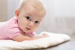 Εύθυμο λίγο μωρό βρίσκεται στην κοιλιά διάστημα αντιγράφων Στοκ Φωτογραφίες