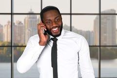 Εύθυμο μαύρο αρσενικό με το τηλέφωνο Στοκ εικόνες με δικαίωμα ελεύθερης χρήσης