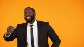Εύθυμο μαύρο αρσενικό στη formalwear προώθηση εορτασμού χορού, αύξηση μισθού απόθεμα βίντεο