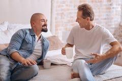 Εύθυμο μη παραδοσιακό ζεύγος που έχει τη διασκέδαση στην κρεβατοκάμαρα Στοκ Φωτογραφίες