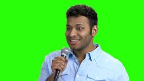 Εύθυμο μικρόφωνο εκμετάλλευσης παρουσιαστών ατόμων απόθεμα βίντεο