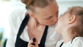 Εύθυμο μικρό κορίτσι με το χρόνο εξόδων μητέρων της κατά τη διάρκεια του μαγειρεύοντας προγεύματος στην κουζίνα απόθεμα βίντεο