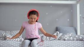 Εύθυμο μικρό κορίτσι που ακούει τη μουσική φιλμ μικρού μήκους