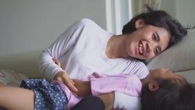 Εύθυμο μικρό κορίτσι που αστειεύεται με τη μητέρα της απόθεμα βίντεο