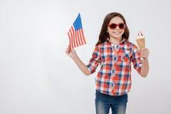 Εύθυμο μικρό κορίτσι που γιορτάζει την αμερικανική εθνική εορτή στοκ εικόνες