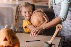 Εύθυμο μικρό κορίτσι που κρατά την κολοκύθα Στοκ εικόνα με δικαίωμα ελεύθερης χρήσης