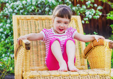 Εύθυμο μικρό κορίτσι στο θερινό κήπο Στοκ Φωτογραφία