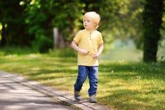 Εύθυμο μικρό παιδί που απολαμβάνει τη θερμή θερινή ημέρα Στοκ Εικόνα