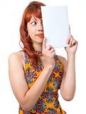 Εύθυμο μισό καλύψεων κοριτσιών του προσώπου Νέα redhead γυναίκα με το summe Στοκ εικόνα με δικαίωμα ελεύθερης χρήσης