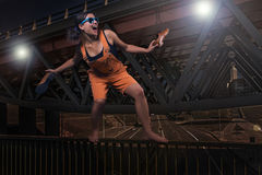 Εύθυμο μοντέρνο κορίτσι στις πορτοκαλιές φόρμες στοκ φωτογραφίες