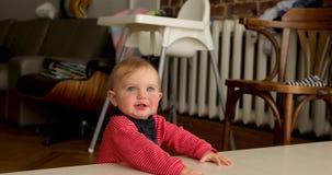 Εύθυμο μωρό στο καθιστικό απόθεμα βίντεο