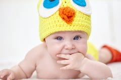 Εύθυμο μωρό στο καπέλο κοτόπουλου Στοκ Εικόνες