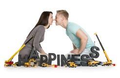 Εύθυμο νέο ζεύγος με την ευτυχία λέξης. Στοκ φωτογραφίες με δικαίωμα ελεύθερης χρήσης