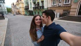 Εύθυμο νέο ζεύγος που παίρνει selfie στο κινητό τηλέφωνο απόθεμα βίντεο