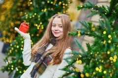 Εύθυμο νέο κορίτσι με λίγο παρόν κιβώτιο στοκ εικόνα με δικαίωμα ελεύθερης χρήσης