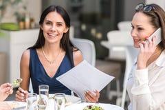 Εύθυμο δοκιμάζοντας πιάτο γυναικών στον καφέ Στοκ εικόνα με δικαίωμα ελεύθερης χρήσης