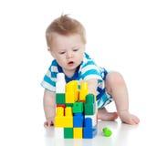 Εύθυμο παιχνίδι παιδιών με το σύνολο κατασκευής Στοκ φωτογραφία με δικαίωμα ελεύθερης χρήσης