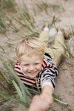 Εύθυμο παιχνίδι αγοριών στην παραλία Στοκ φωτογραφία με δικαίωμα ελεύθερης χρήσης