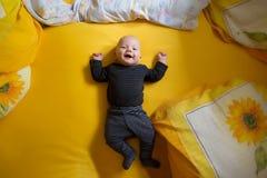 Εύθυμο παιδί ο βραχίονας απαρίθμησε τη βασική όψη της Στοκ Εικόνες