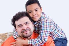 Εύθυμο παιδί που αγκαλιάζει τον πατέρα Στοκ Εικόνες